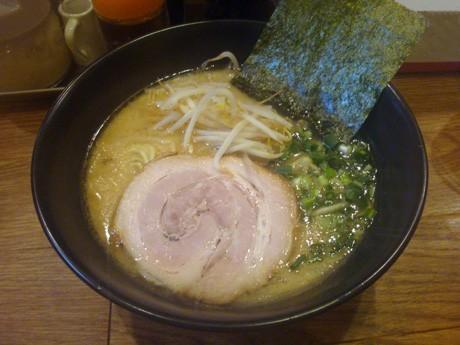 「豚骨醤油らーめん」(600円)