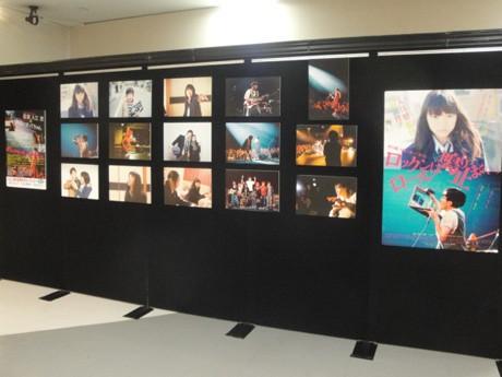 映画のスチール写真が並ぶパネル展