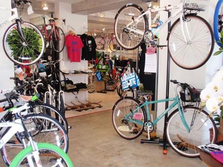 カスタムされた自転車をディスプレーし、アパレルも豊富に扱う店内