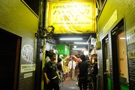 ハモニカ横丁での撮影風景 ©2011「あんてるさんの花」製作委員会 撮影=松木雄一