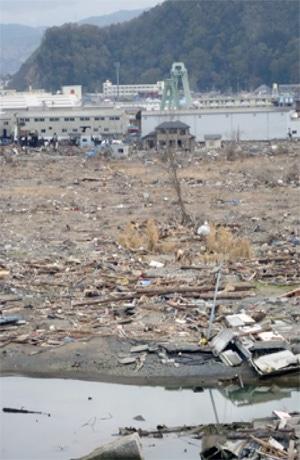 海岸から見た学区(中央奥が校舎) 撮影=松田隆夫
