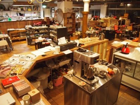 カウンターを中心に新旧さまさまなものが並ぶ「グラン キオスク」