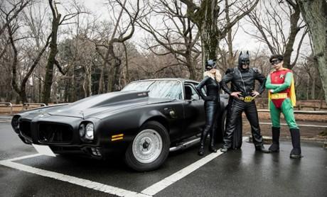 写真=井の頭公園に現れたバットマン、ロビン、キャットウーマン