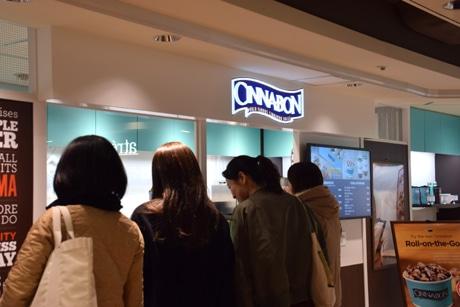 買い求める人の列ができたアトレ吉祥寺本館1階にある「シナボン」