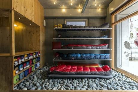 「nap(ナップ)」の店頭に並ぶ寝袋。実際に寝心地を体験できる