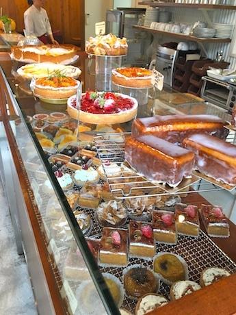 焼き菓子が並ぶ店内。向かいにパンやサブレコーナー、奥にイートインスペースを設ける