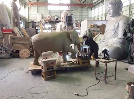 高岡の梶原製作所で「はな子」像の原型を制作する笛田亜希さん