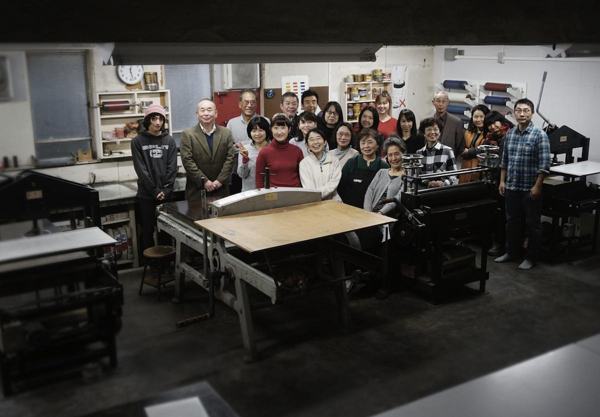 武蔵野美術学園の地下にある工房に集う版画専攻に通う学生有志