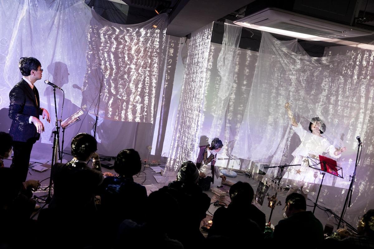 三鷹「SCOOL」で行われたライブパフォーマンスの様子。左から大谷能生さん、吉増剛造さん、吉田アミさん(撮影=Hideto Maezawa)