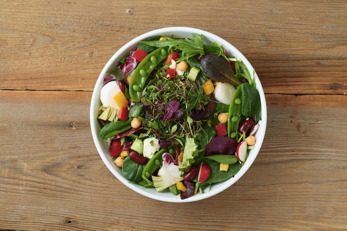 「QuOLa」一階の「SAKAI FOODHALL」で提供するサラダ(イメージ)