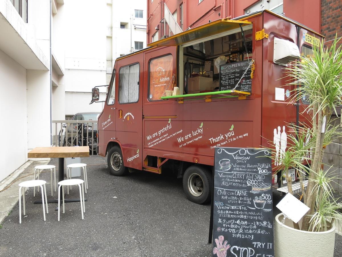 「KAJA吉祥寺本店」の隣でエゾ鹿肉の料理を提供するキッチンカー