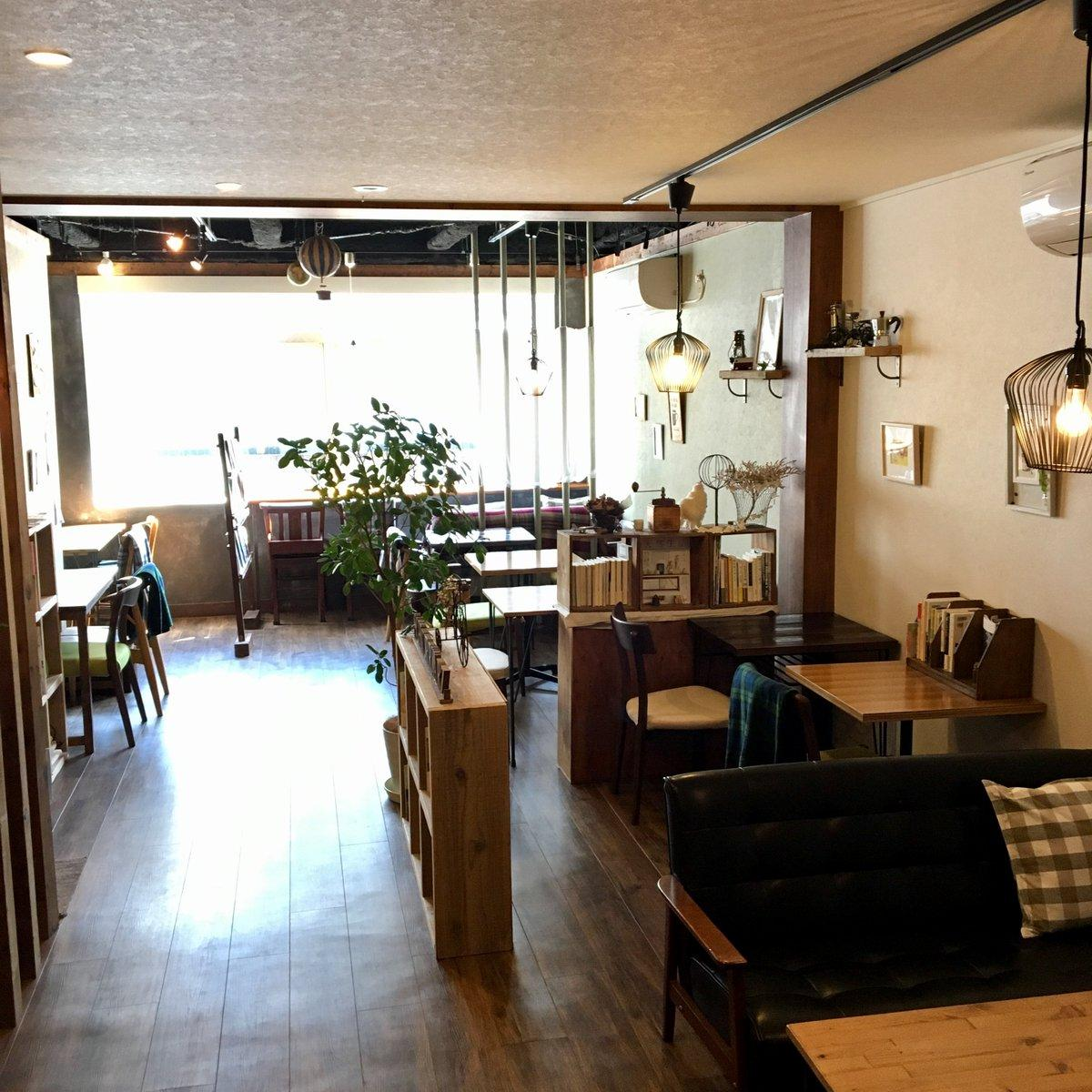 「三鷹武蔵野BOOK+マルシェ」が開催される「カフェシュヌルバルツ」店内の様子