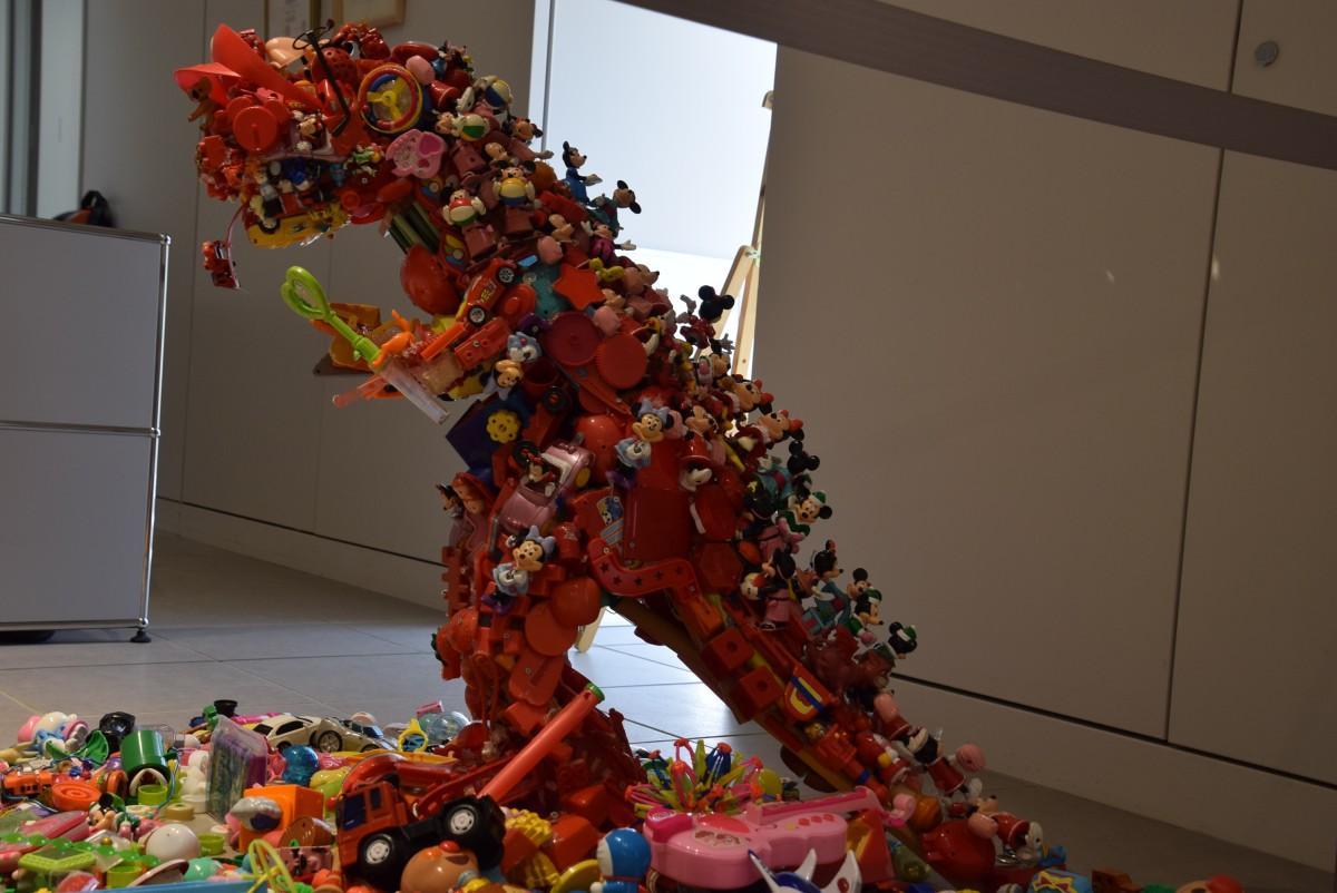 「廃材コレクション展」に並ぶおもちゃで作った恐竜「トイザウルス」