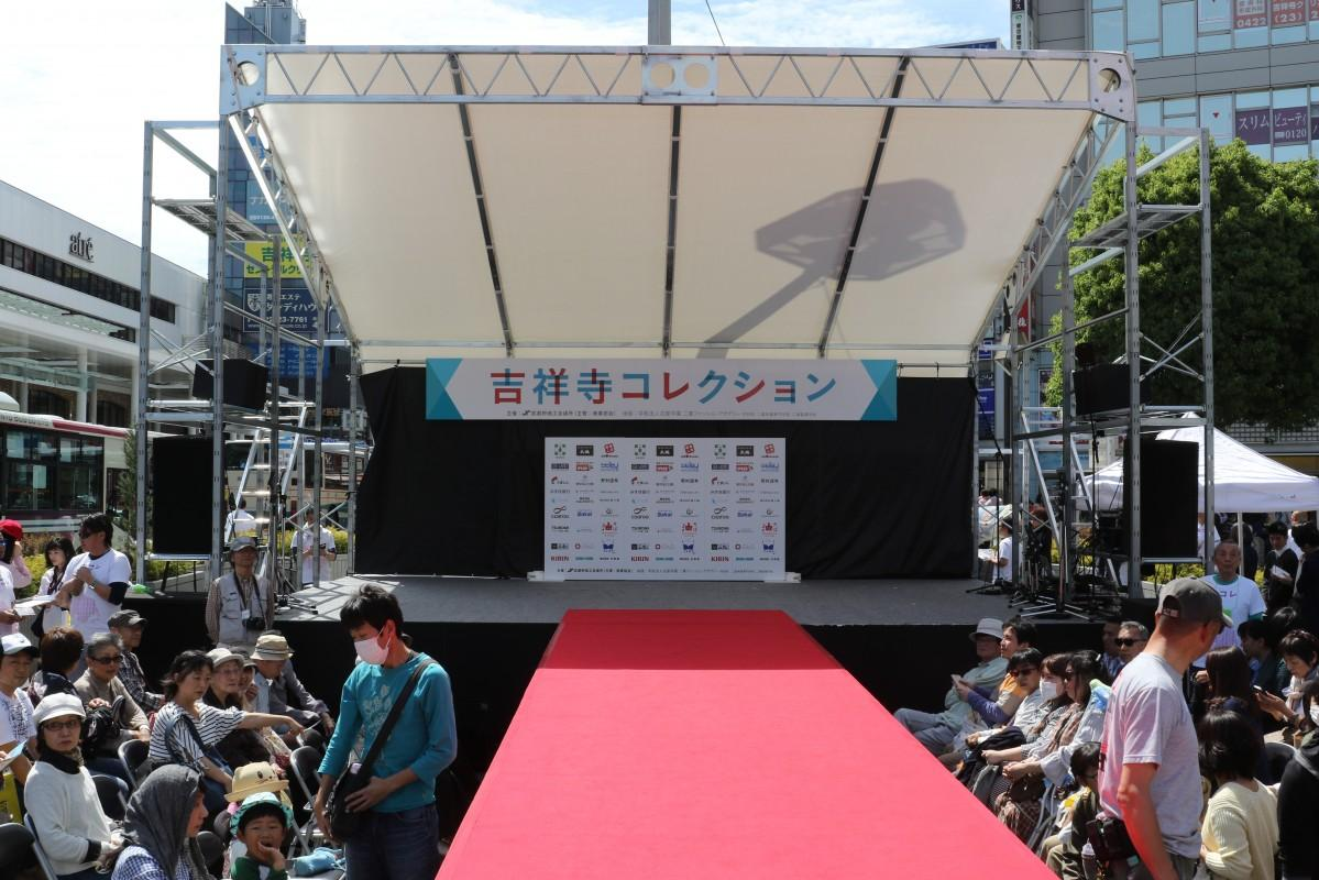 ファッションショーが行われる吉祥寺駅北口ロータリーに設けられたステージ(2017年)