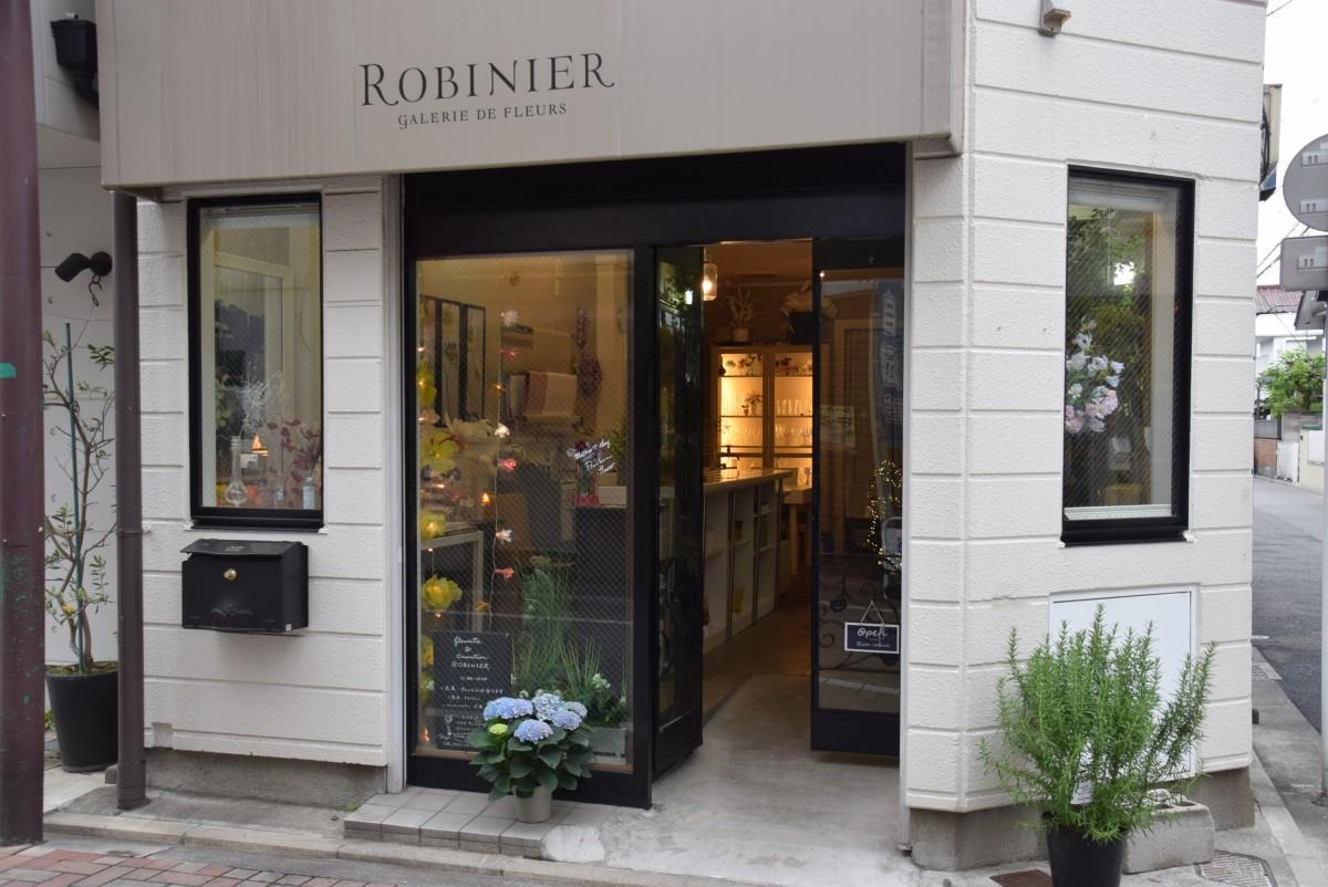 中道通りに面した角に店を構える「ロビニエ」の入り口
