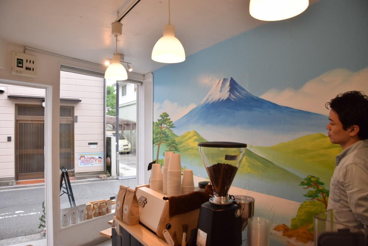 カブーン入り口のガラス越しに見える銭湯絵の富士山