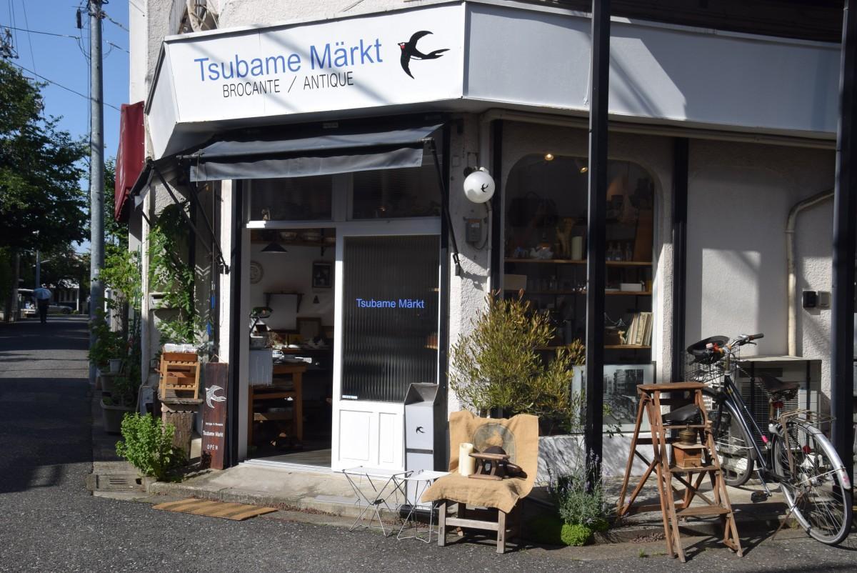 中道通りから入った「ツバメ・マルクト」の店頭。店先にも古道具が置かれている。