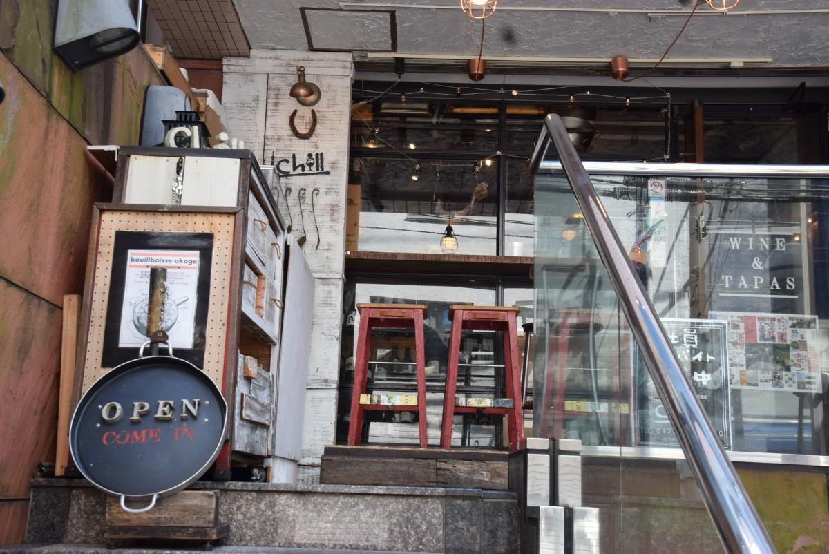 西洋居酒屋「Chill」。店へは大正通りから外階段を使う