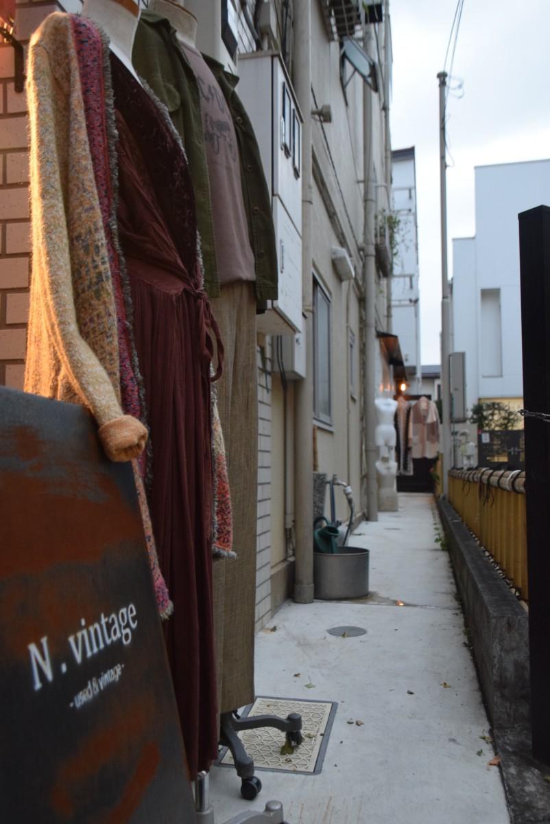 中道通りから「N.vintage」への入り口。店は建物脇の通路奥にある