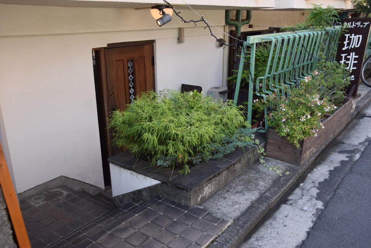 階段を下りた半地下に扉がある「月波珈琲紅茶店&Bar」の入り口