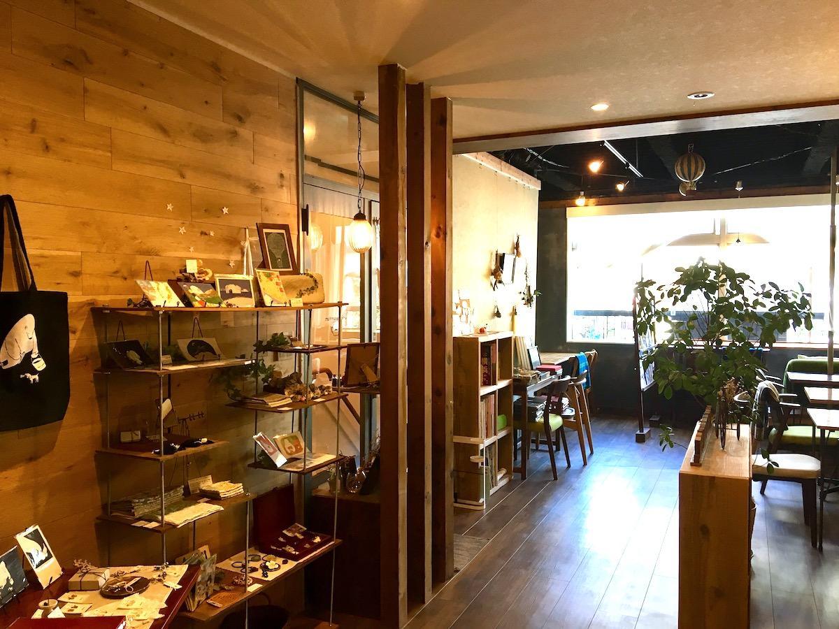 作家が手掛ける作品なども並べる「Cafe SchnurrWarz」店内の様子