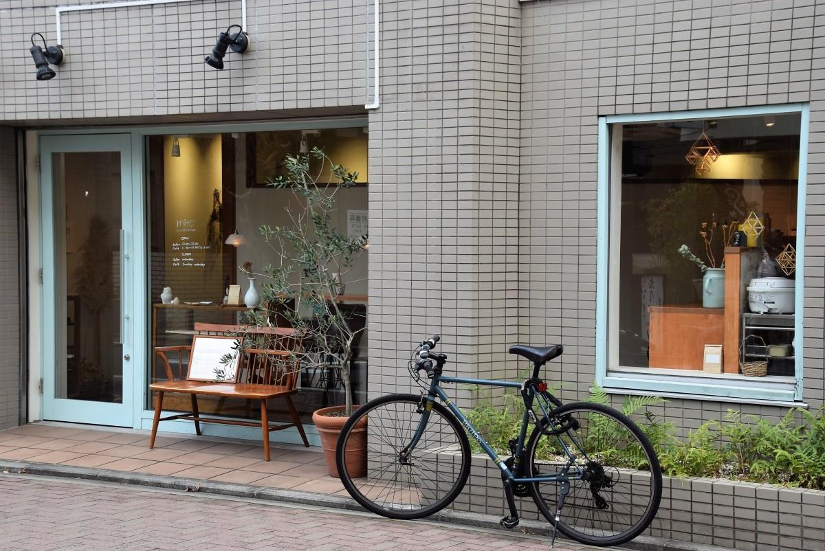 末広通りに面した「mito」の外観。入り口の奥に美容室。窓奥にはカフェのカウンターがある