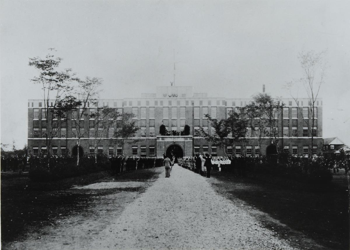 完成した学園本館への移転式 1924(大正13)年10月20日