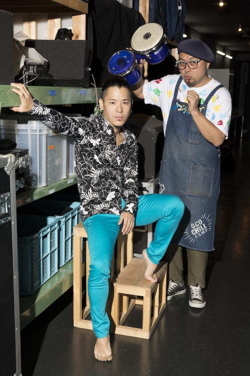 吉祥寺シアター「シノシサム」に出演する北尾亘さん(左)とASA-CHANGさん(右) 撮影:川上尚見