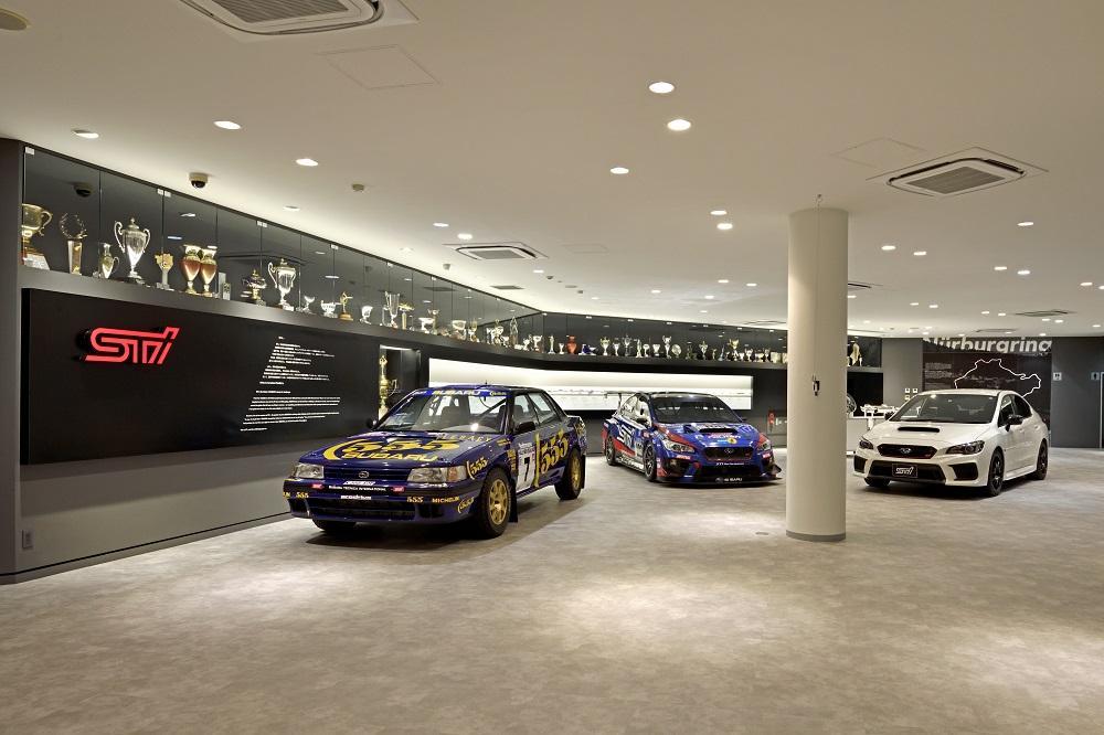 SUBARUのショールーム・STIギャラリー、レース車両やトロフィーが並ぶ。リニューアルでより身近に