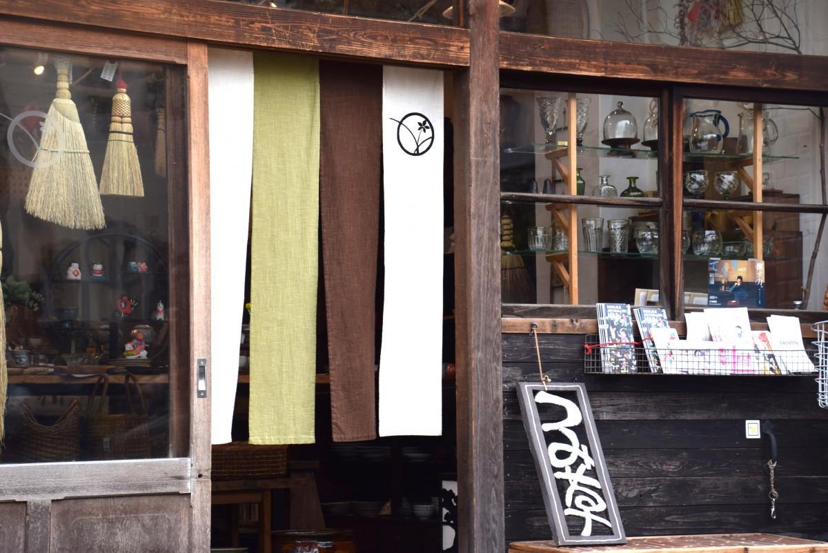末広通りにのれんが揺れる「つみ草」の店頭