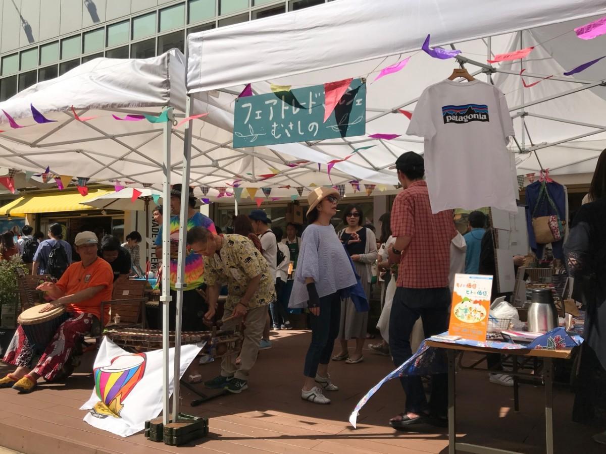 11の団体や企業が集まり、フェアトレード商品や活動の紹介を行った。