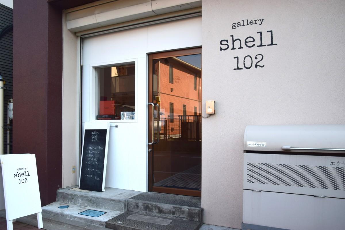 末広通りからのギャラリーShell102の入り口 カフェのようにも見える