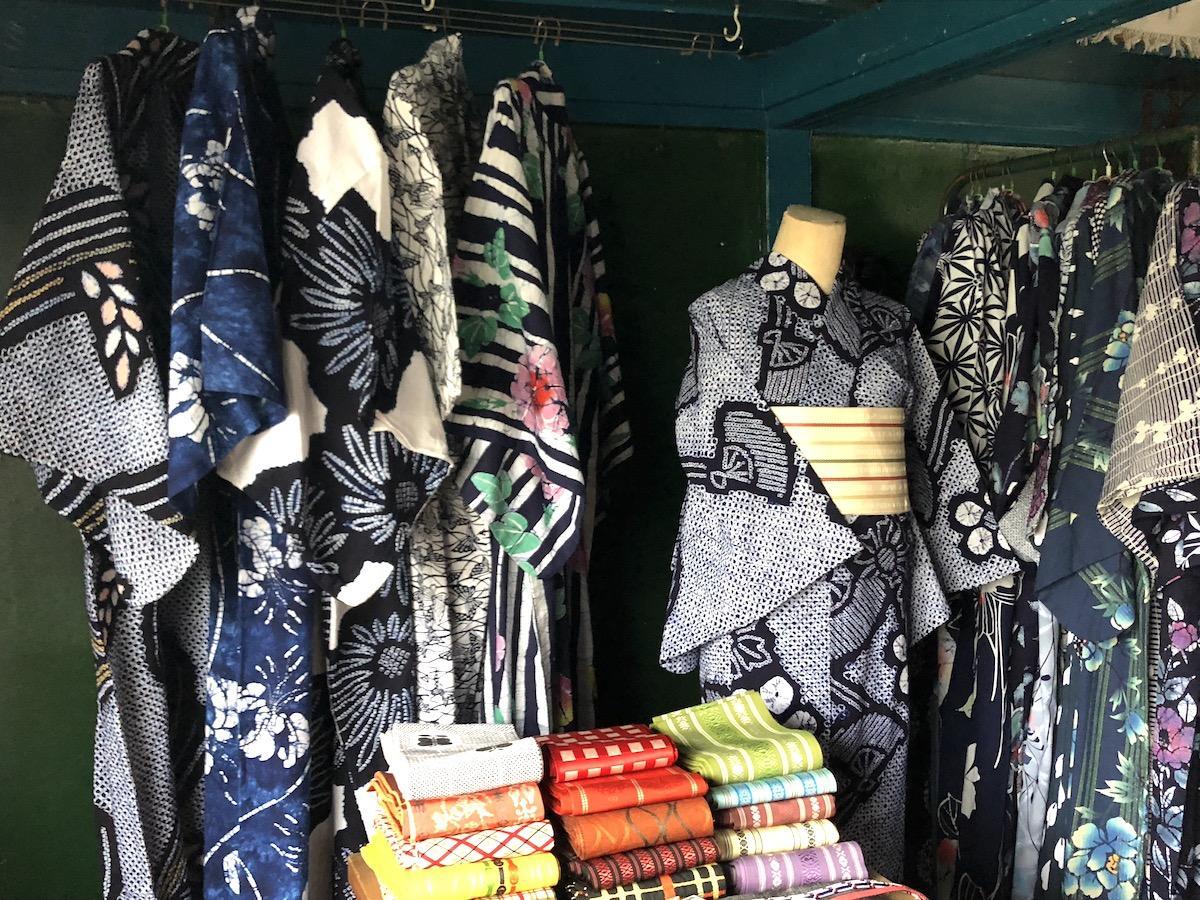 イベント期間中、「QUEEN'S HOTEL antiques」店内にはさまざまな浴衣が並ぶ