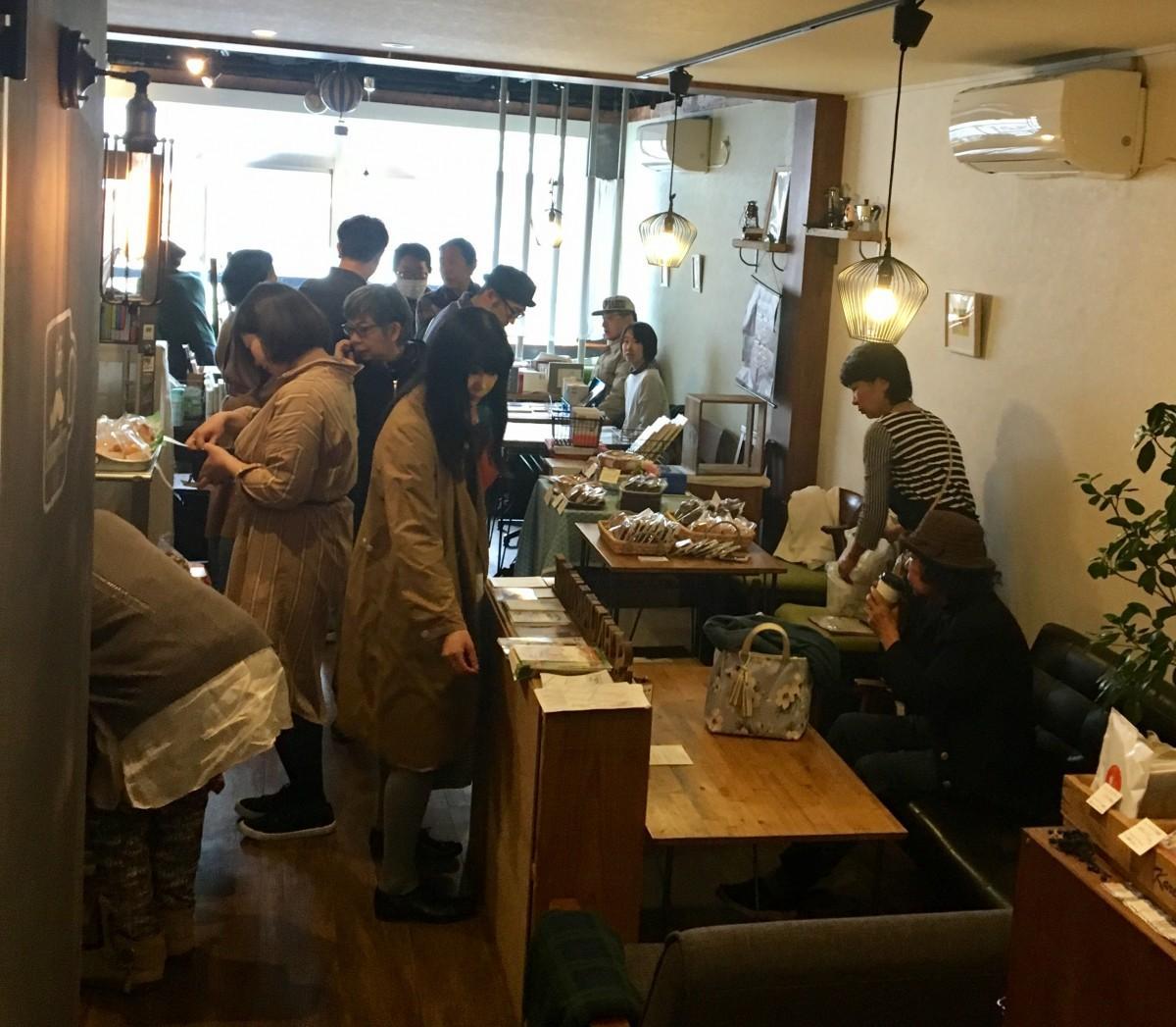 「Café SchnurrWarz」で行われた前回の「三鷹武蔵野BOOK+マルシェ」の様子