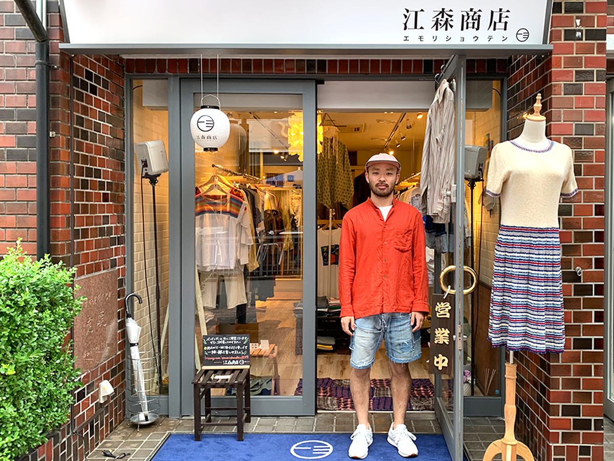 「江森商店」のファサードと店主の江森さん