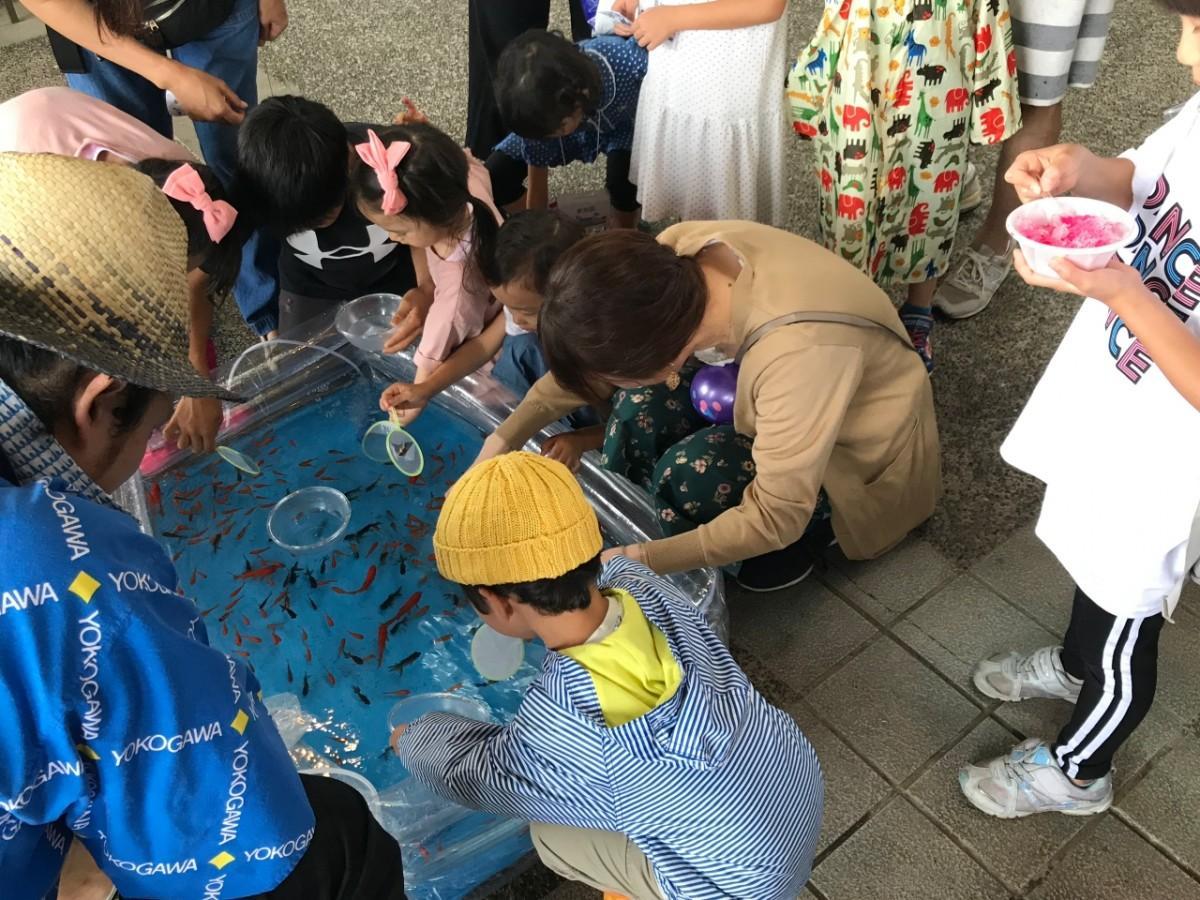 東京武蔵野シティFCが行った縁日イベントで金魚すくいを楽しむ子どもたち