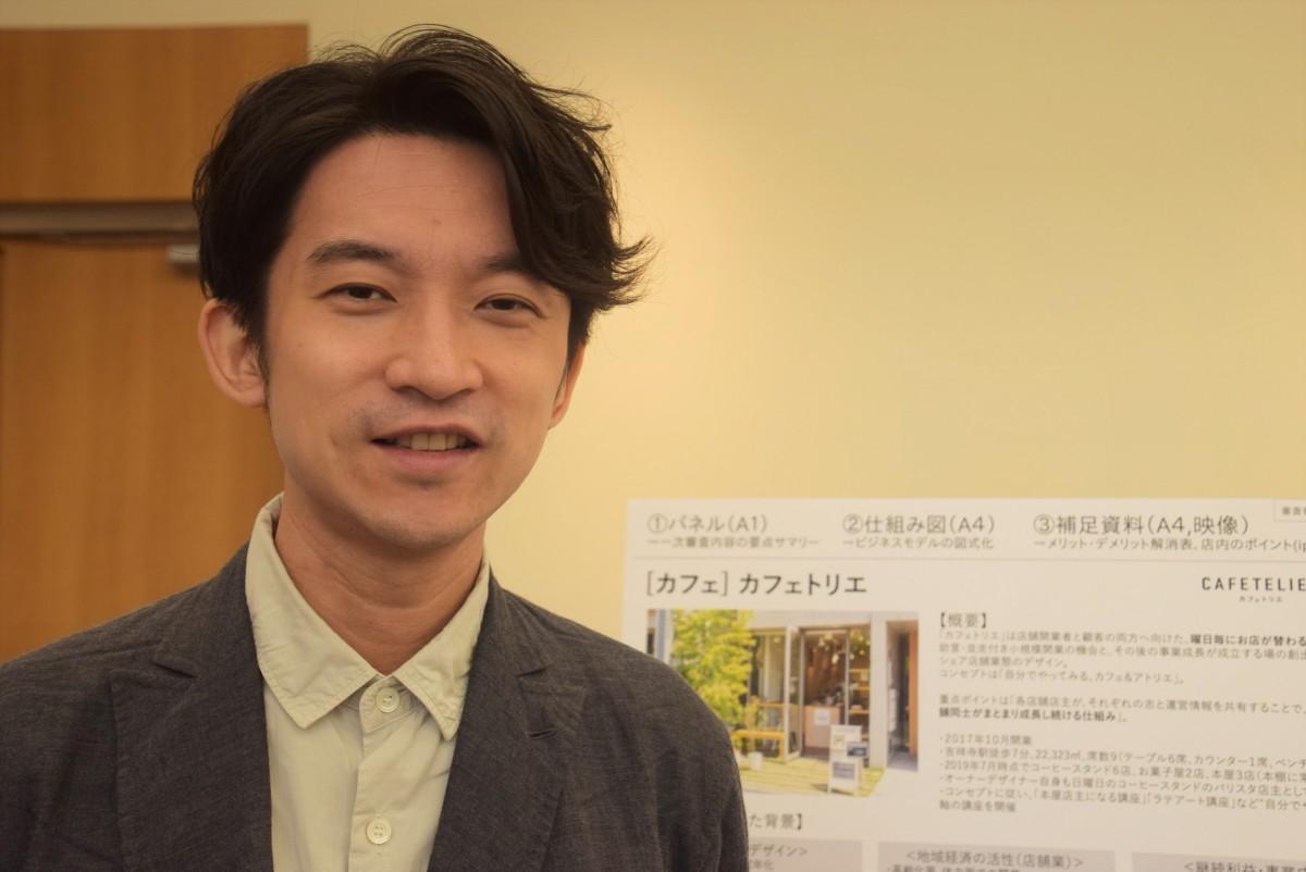 東京ミッドタウンの受賞展で作品を前にした山口さん