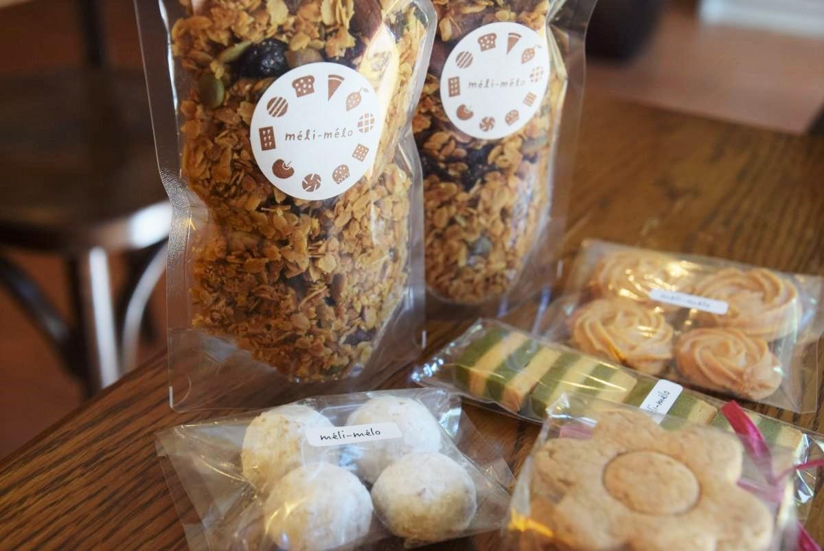 カフェへ卸すグラノーラや通信販売で扱うクッキー(左からごま、全粒粉、抹茶、バニラ)