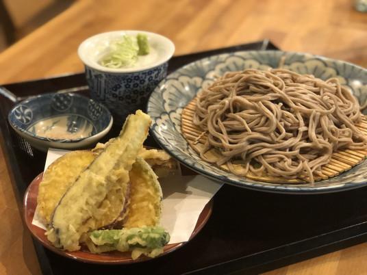 「盛りそば」と天ぷらは相性がよく、旬の野菜を揚げてくれる。