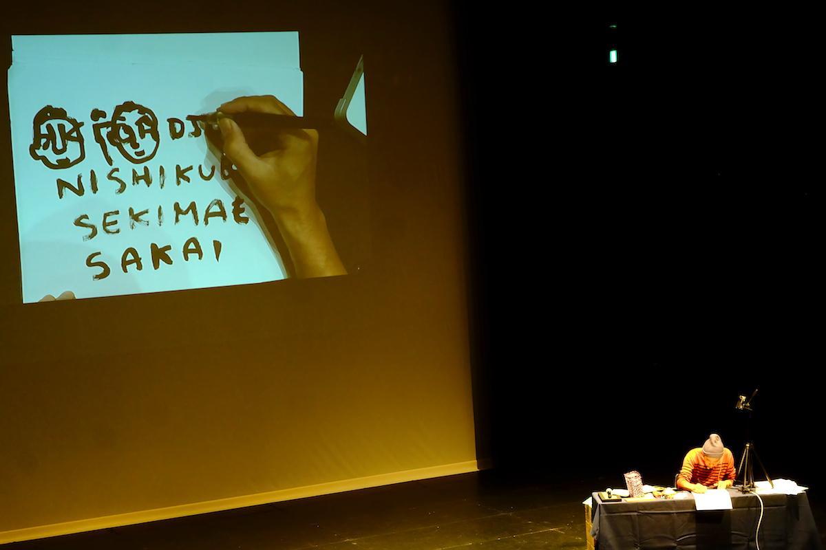 トークライブ冒頭、ライブペインティングを披露するキン・シオタニさん