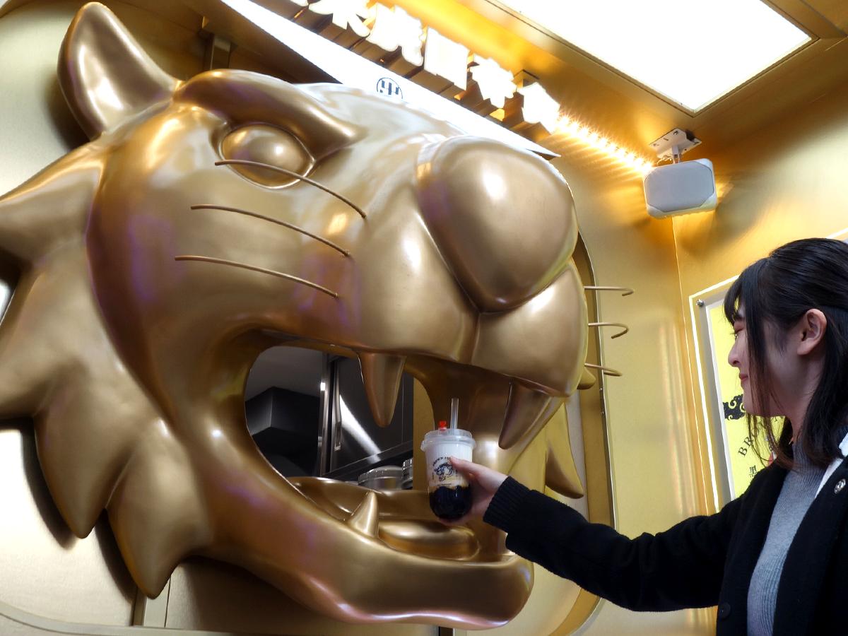 黄金の虎の口から商品が渡される