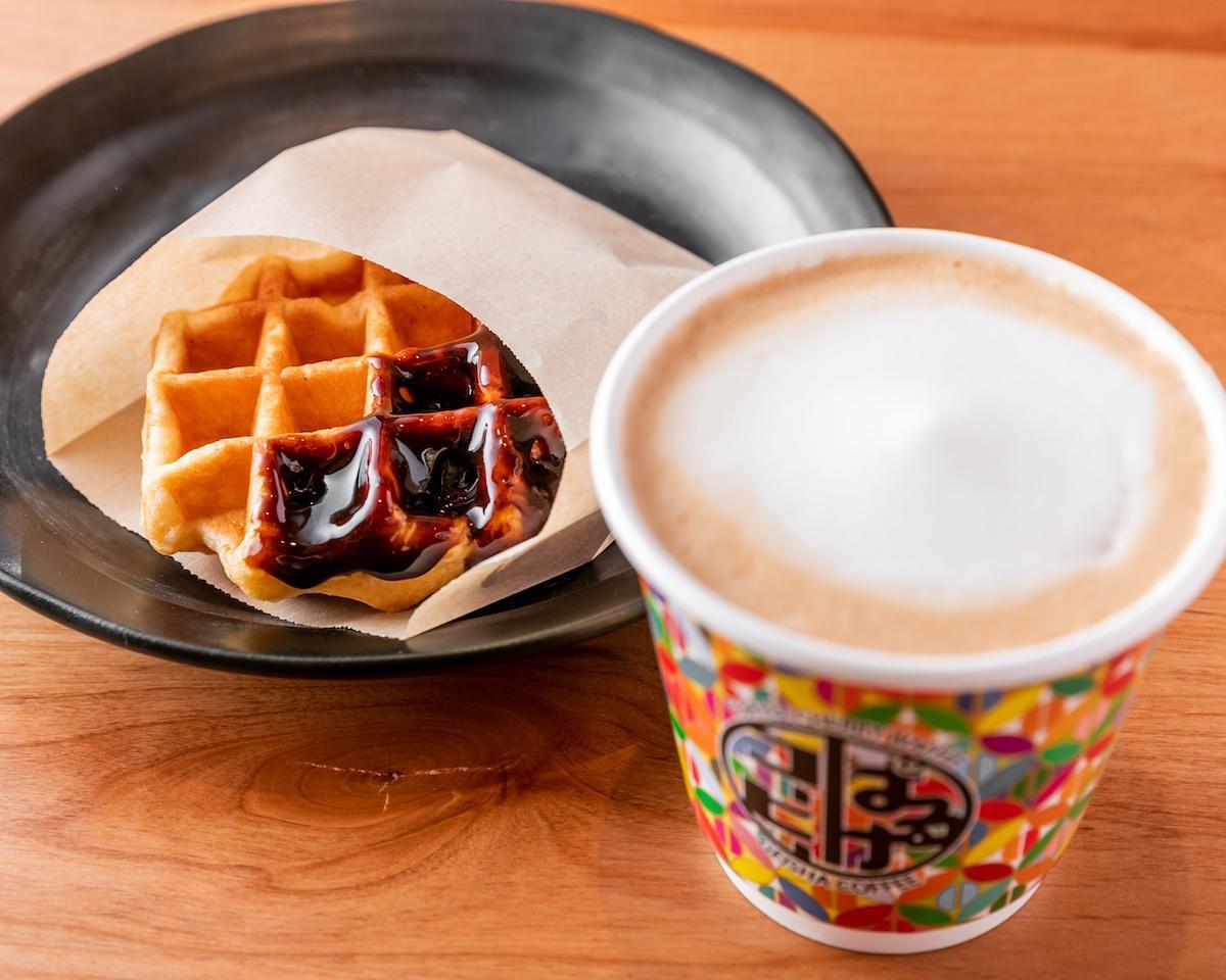 「ぱるけコーヒー」で提供するコーヒーとワッフル