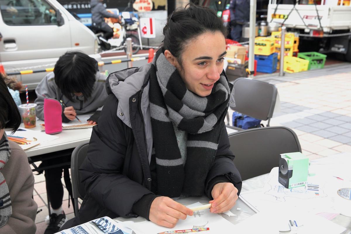 ワークショップを行うアーティストのアンドレア・アクレサンドラ・ペテルフィさん