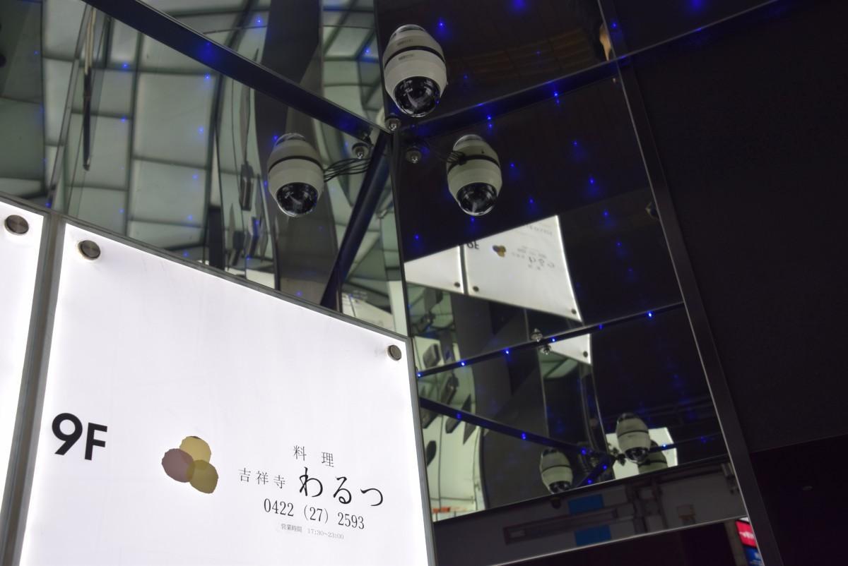 「わるつ」が9階に入る松戸屋9番目のビル「M-9ビル」のエレベーター入り口