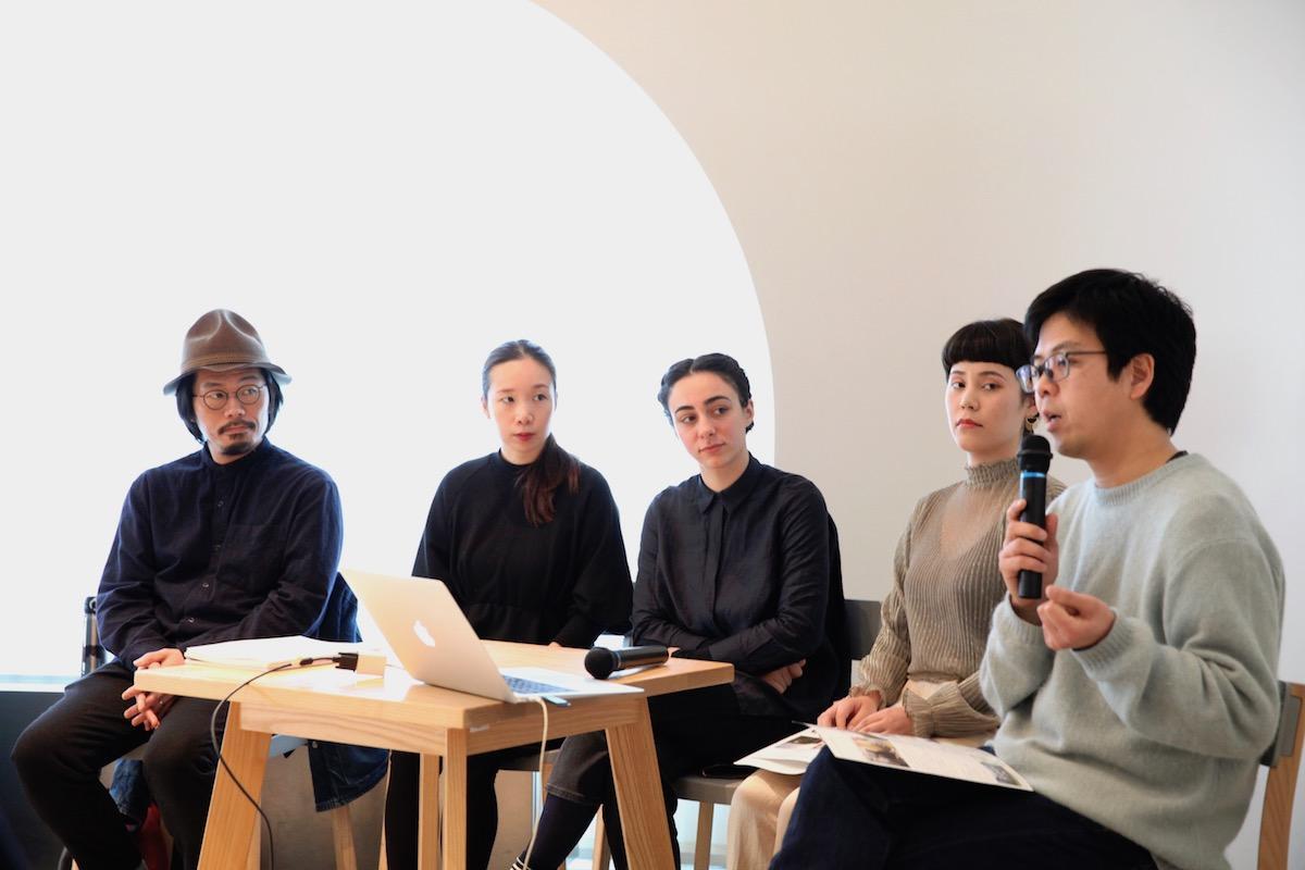「ホストタウンムサシノ滞在制作 完成作品展示」トークショーの様子。左から作家の和田さん、通訳、アンドレアさん、美術家の落合さん、Ongoingの小川さん