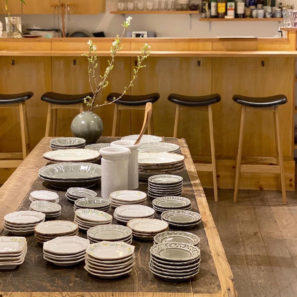 豆皿から8寸皿まで400点近くの作品が店の棚やテーブルに展示された