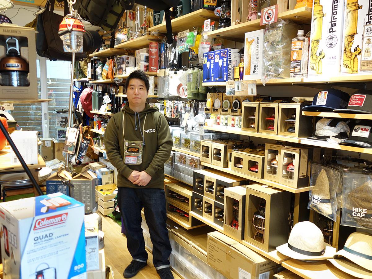 ストアマネジャーの岩﨑さんと店内1階