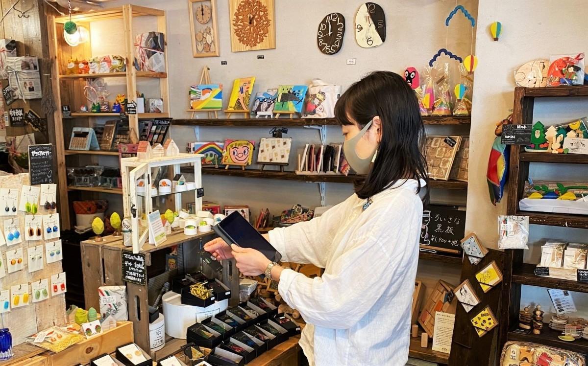 スタッフがタブレットを片手に店内の商品を案内する(写真提供=マジェルカ)
