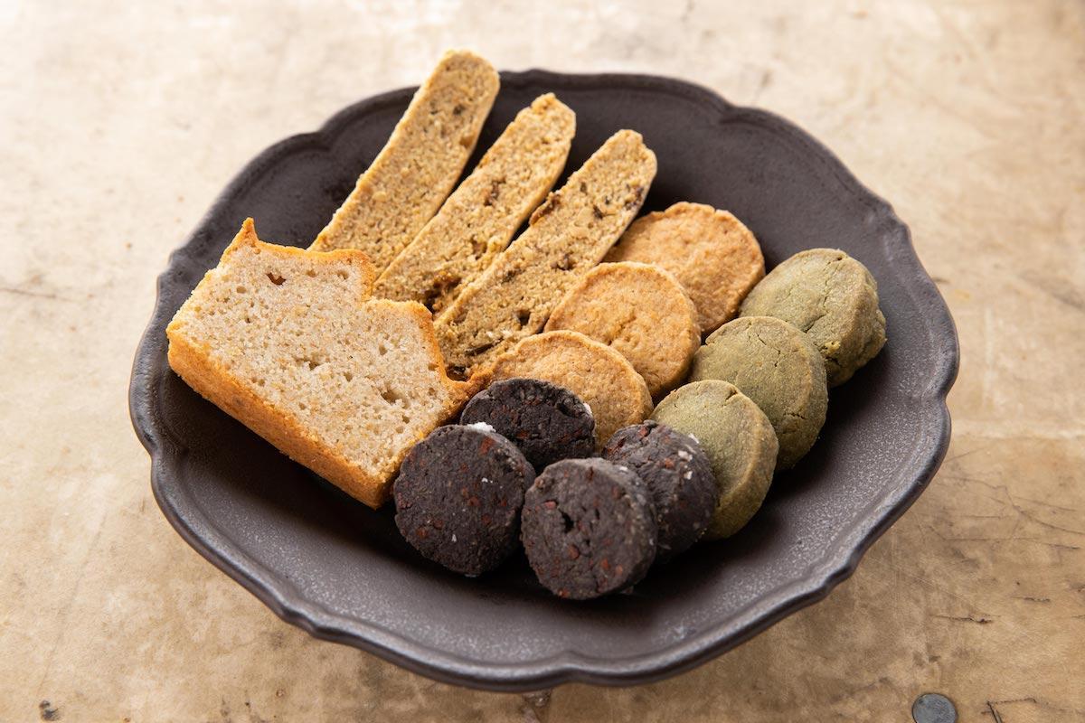 「コマグラカフェ」と「百年」がコラボする「父の日のための本と焼き菓子セット」(菓子イメージ)