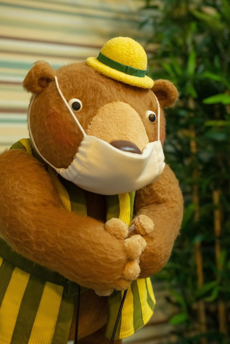 感染症予防のためマスク着用をお願いする「どんくまさん」 c Kozo Kakimoto, 武蔵野市立吉祥寺美術館, 武蔵野市立吉祥寺図書館 2020